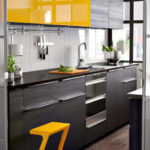 Желтая стремянка на полу кухни