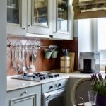 Маленькая кухня с римской шторой