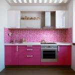 Бело-розовая мозаика на кухонном фартуке