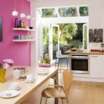 Дизайн кухни с акцентной стеной розового цвета