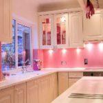 Яркая подсветка кухонного фартука