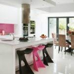 Розовые акценты в белой кухне