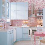 Розовый орнамент на обоях в кухне