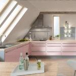 Розовая мебель в кухне мансарды