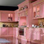Классическая кухня в розовом цвете