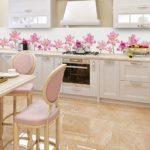 Розовые цветочки на кухонном фартуке