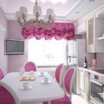 Розовая штора на кухонном окне