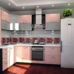 Двухкамерный холодильник возле окна кухни