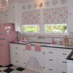 Рулонные шторы на кухонном окне рядом с мойкой