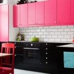 Черные тумбы и розовые подвесные шкафы