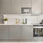 Линейная кухня с мраморным фартуком