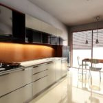 Коричневый фартук с подсветкой в кухне с большим окном