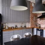Старая кирпичная кладка в углу кухни