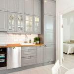 Классическая кухня с гарнитуром до потолка