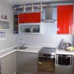 Красные дверцы навесных шкафчиков