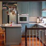 Кухонный остров со встроенной мойкой