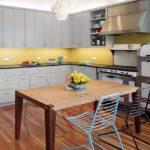 Деревянный пол в угловой кухне