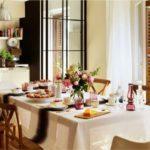 Подготовка стола к завтраку в кругу семьи