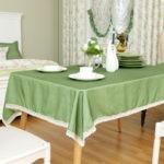 белая посуда на зеленой скатерти