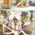 кухонный стол на деревянном полу
