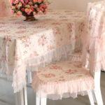 Розовые накидки на белом стульчике