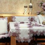 Живые цветы на обеденном столе