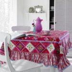 Розовый кувшин на столе кухни в частном доме