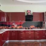 Бардовые фасады кухонного гарнитура