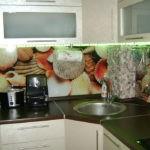 Круглая мойка в углу кухонного гарнитура