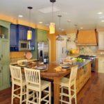 Деревянный пол в большой кухне