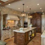 Природный камень на кухонных стенах
