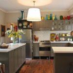 Серая мебель в кухне сельского дома