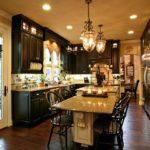 Темная мебель в кухне с островом