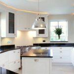 Яркое освещение стильной кухни