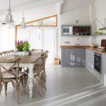 Деревянная мебель в просторной кухне