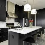 Черная мебель в кухне современного стиля
