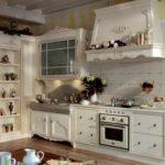 Шатровая вытяжка над кухонной плитой