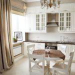 Кухня со шторами до пола с обеденной зоной
