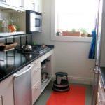 Красный коврик на полу кухни
