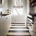 Полосатый пол в узкой кухне