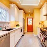 Желтые стены в узкой комнате