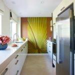 Акцентная стена в торце вытянутой кухни
