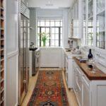 Длинный ковер на полу кухни