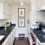 Модульные картины на торцевой стене кухни