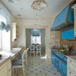 Синяя мебель в кухне частного дома