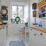 Яркий декор в белой кухне