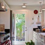 Кухня с дверью в сад частного дома