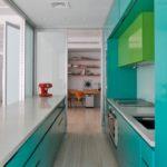 Бирюзовые поверхности кухонного гарнитура
