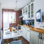 Телевизор на стене кухни с балконом