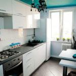 Керамический пол в белой кухне